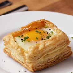 These puff pastry breakfast cups are packed full of flavor. All in one puff pastry shell. Serve them for breakfast and save any leftovers for snacks! Tasty Videos, Food Videos, Brunch Recipes, Breakfast Recipes, Breakfast Finger Foods, Breakfast Ideas, Dessert Recipes, Breakfast Cups, Breakfast Puff Pastry