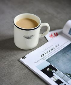 Kubek, naprawdę fajny kubek. W kubku kawa, a do czytania przewodnik po zimowej modzie H&M. fot. Edyta
