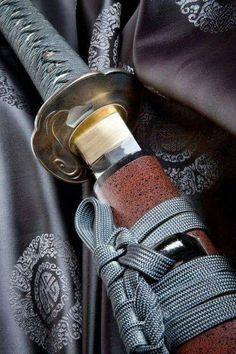 La #Katana, lugar en el que los #samuraís creían que residía su alma ⚔. La espada más bella jamás construida