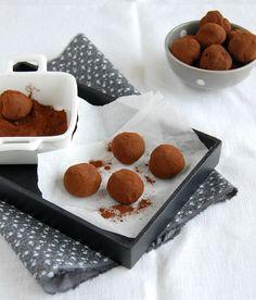 Trufas de chocolate e mel // Honey and dark chocolate truffles -- Recipe in English: http://technicolorkitcheninenglish.blogspot.com.br/2011/10/honey-and-dark-chocolate-truffles-great.html