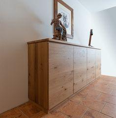 Diese beiden Kommoden sind komplett massiv und wurden aus Eichenholz gefertigt. Flur Design, Cabinet, Storage, Furniture, Home Decor, House, Chest Of Drawers, Clothes Stand, Purse Storage