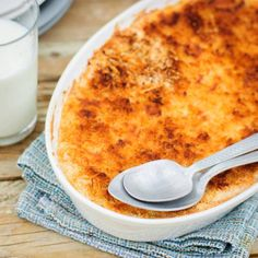 Copycat Cracker Barrel Chicken Casserole - A downhome, southern copycat casserole for you. Chopped, cooked chicken in a creamy sauce gets oven baked with a golden cornbread topping for a lovely layered dish. Baked Mashed Potatoes, Mashed Potato Casserole, Homemade Mashed Potatoes, Chicken Casserole, Fish Pie Healthy, Healthy Kids, Cracker Barrel Chicken, Cream Of Chicken Soup, Butter Chicken