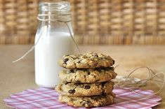 Cookies με ταχίνι, βρώμη και σοκολάτα | kouzinista Oat Cookies, Greek Recipes, Tahini, Cookie Recipes, Biscuits, Cereal, Sweet Tooth, Muffin, Healthy Recipes