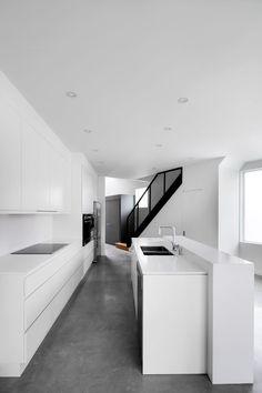 Le projet regroupe deux maisons de ville comprenant chacune 3 chambres à coucher, un espace salon-salle à dîner-cuisine, 2 salles de bain, un bureau et une terrasse au toit. Avec une largeur de terrain de 8.7 mètres il était contraignant de construire deux maisons en rangé...