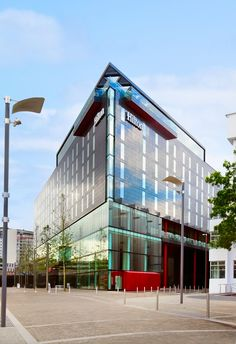 The newly opened Hilton London Wembley invites guests to step up to the plate, to sample its extensive drinking and dining offerings. Hilton Hotels, Hotels And Resorts, Places To Travel, Places To See, Hilton Worldwide, Country Hotel, Wembley Stadium, Landmark Hotel, Greater London
