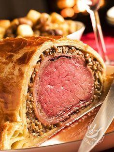 Beef Wellington - Il Filetto alla Wellington è un succulento filetto avvolto in un rotolo di sfoglia, da leccarsi i baffi! Un ripieno di funghi lo rende irresistibile! #filettowellington