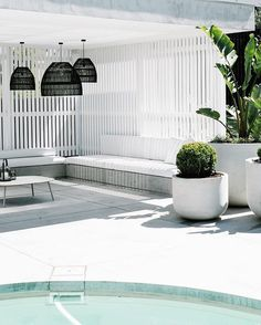 If you are a happy owner of a pool, build a deck or a pool cabana to spend time even better by the pool. What's the advantage of a cabana or pergola? Outdoor Areas, Outdoor Rooms, Outdoor Decor, Pool Cabana, Backyard Cabana, Backyard Pools, Pool Decks, Casa Real, Pool Landscaping