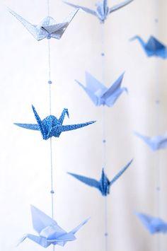 DIY: origami crane mobile – Origami World Diy Origami, Mobil Origami, Origami Cranes, Paper Cranes, Origami Birds, Hanging Origami, Origami Paper Crane, Oragami, Diy Hanging