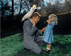 A young David Attenborough introducing his daughter to a noisy cockatoo, : interestingasfuck Images Gif, Funny Images, Best Funny Pictures, Cool Pictures, David Attenborough Young, Billy Joel, Cockatoo, Indiana Jones, Historical Pictures