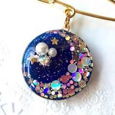 Resin moon in resin circle Resin Jewlery, Resin Jewelry Making, Resin Necklace, Pendant Necklace, Uv Resin, Resin Molds, Resin Art, Diy Resin Crafts, Jewelry Crafts