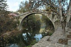Το γραφικό χωριό Βοβούσα στην Ήπειρο μαγνητίζει τα βλέμματα των τουριστών με τον ποταμό Αώο, που το χωρίζει στα δύο.