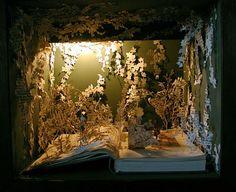 Su Blackwell es una artista inglesa graduada en el Royal College of Art en 2003, que realiza delicadas esculturas de papel a partir de viejos libros que encuentra en mercados y librerías de segunda mano de Londres. Se trata de pequeños personajes y paisajes inspirados en cuentos infantiles. Emplea únicamente un bisturí para cortar y pegar las páginas de los libros. Blackwell siempre lee primero el libro, así es como se inspira: en el título de la obra, en el texto o las fotografías.