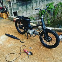 カッコ良くないと...ダメなんすよね。バイクは。やっぱ、作っちゃう方向で...しかし、毎度思います...新品の使うの、根元だけかよ。。。wwまっ、いいっか... Honda Cub, Honda Bikes, Chopper Bike, 50cc, Mini Bike, Custom Bikes, Cars And Motorcycles, Peugeot, Cubs