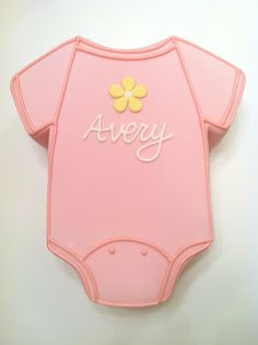 A onesie cake is perfect for a baby shower! Here& one that we personalized with the baby& name and a cute little flower. Torta Baby Shower, Baby Shower Pasta, Baby Shower Niño, Simple Baby Shower, Girl Shower, Shower Cakes, Shower Favors, Onesie Cake, Onesie Cookies