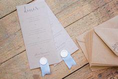 Les Menus en Kraft et Ruban de soie bleu de A & C. Organisation et Décoration: Atelier Blanc ATLB  Tampon: Graphikkart Crédit Photo: Romain Deligny