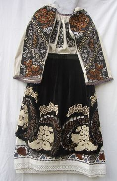 Women folk costume from Banat mountain region, linen shirt and skirt with floral motives, sewed with silk, velvet apron, sewed with silk and tinsel. Tribal Costume, Folk Costume, Textiles, Vintage Outfits, Vintage Fashion, Costumes Around The World, Fashion Models, Fashion Trends, Historical Clothing