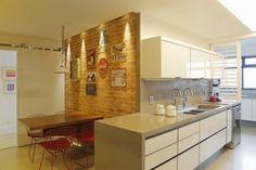 cozinha cinza parede copa tijolo aparente