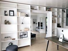 DIY – Hjemmebygget væg til væg bogreol | livingonabudgetdk Small Space Living, Small Spaces, Tv Wand, Built In Furniture, Bookshelves, Home Office, New Homes, Room Decor, Diys