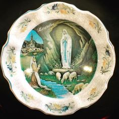 #midcentury #mebel #italy #melamine #souvenir #plate from #lourdes #france🇫🇷 showing the #marianvision of #bernadettesoubirous #ourladyoflourdes #indiastreetantiques #littleitalysd #ilobsterit
