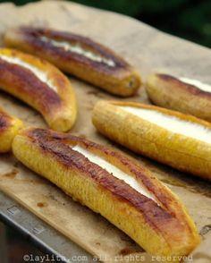 Baked ripe plantains with cheese. Love me some Ecuadorian food. Banane Plantain, Ripe Plantain, Baked Plantains, Venezuelan Food, Colombian Food, Colombian Recipes, Comida Latina, Latin Food, Food Cravings