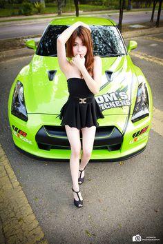 Kontras pakaian warna hitam di kulit putih model cantik Miko Wong semakin menyemburkan pesona yang begitu menggoda dari kulit putih nan mulus model seksi ini. Simak pose-posenya yang berani bersama Nissan GTR35 berikut ini.