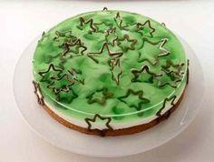 Eine cremige Torte mit Götterspeise zu Weihnachten oder anderen Anlässen
