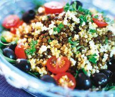 Vacker, nyttig och trevlig sallad som innehåller linser blandat med bulgur och många goda kryddor. Salladen dekoreras med härliga oliver, tomater och grann persilja.