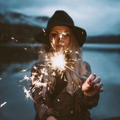 fotografie ideen - Looking for or wanting creative ideas to rock your photo shoot? Sparkler Photography, Girl Photography Poses, Creative Photography, Popular Photography, Birthday Photography, Autumn Photography, Shotting Photo, Insta Pictures, Picture Ideas For Instagram