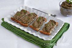 La crema di olive, più propriamente tapenade, è una tipica preparazione provenzale a base di olive, acciughe sotto sale e capperi.