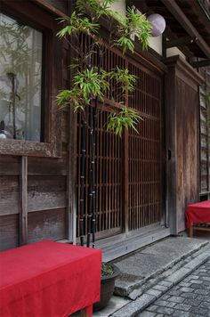 I love this type of entrance. I will put a and b this is a Source by immortalbugg Modern Japanese Architecture, Japanese Buildings, Japan Architecture, Japanese Interior, Sustainable Architecture, Pavilion Architecture, Residential Architecture, House Eaves, Traditional Japanese House