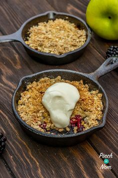 Low Calorie Apple & Blackberry Crumble, Crumble is a real classic dessert, and this Low Calorie Apple & Blackberry Crumble recipe has all the flavours without being packed full of Sin! Slimming World Puddings, Slimming World Desserts, Slimming World Recipes Syn Free, Apple Recipes, Veggie Recipes, Healthy Recipes, Yummy Recipes, Healthy Food, Recipies