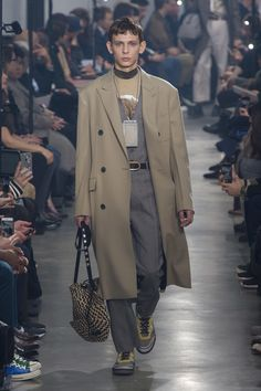 The complete Lanvin Fall 2018 Menswear fashion show now on Vogue Runway. 1950s Jacket Mens, Cargo Jacket Mens, Grey Bomber Jacket, Green Cargo Jacket, Leather Jacket, Lanvin, Mens Fashion 2018, Men's Fashion, Fashion Ideas