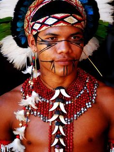 Pataxó (Bahia, Brazil) natural face painting and seed ornaments Tribes Of The World, We Are The World, People Around The World, Beautiful World, Beautiful People, Beauty Around The World, Native Indian, World Cultures, Amazon