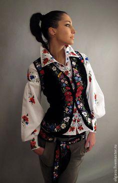 Вышитый жилет `Дух старины` ручная вышивка. Вышитый жилет декорирован ручной вышивкой гладью. Вышивка выполнена по бортам и по низу изделия. Ручная вышивка выполнена шёлковыми нитями высочайшего качества, с красивым блеском. Дополнительно выполнена расшивка стеклярусом.