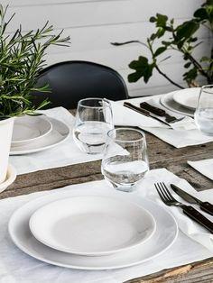 Det enkla är det vackra. Vår sommardukning går i vitt med rustika inslag. MARKNAD tablett, GULLMAJ servett, vit FÄRGRIK tallrik, SOMMAR 2016 assiett, RUSTIK bestick och IVRIG glas.