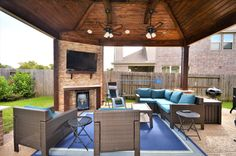 Outdoor living area, covered patio Built by Backyard Retreats (281) 485-8483