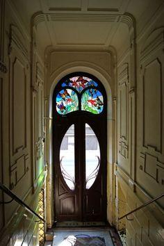 Vitró en puerta en altura con diseño Decó Art. A su alrededor molduras que engalanan su diseño
