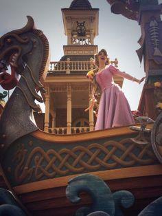 <3 Festival of Fantasy Parade <3 She's on a Viking ship... I want to do that. Like really bad. Like really really.