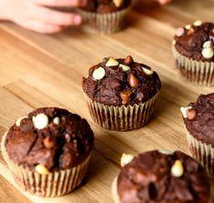 Muffin triple chocolat - Un vrai régal santé - Madame Labriski Triple Chocolate Muffins, Chocolate Flavors, Vegan Chocolate, Frozen Desserts, Healthy Desserts, Muffins Sains, Healthy Granola Bars, Unsweetened Applesauce, Baking Cups