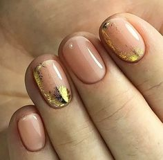 The advantage of the gel is that it allows you to enjoy your French manicure for a long time. There are four different ways to make a French manicure on gel nails. Trendy Nails, Cute Nails, My Nails, Minimalist Nails, Gold Nail Art, Gold Nails, Gold Manicure, Chrome Nails, Gel Nail Art Designs