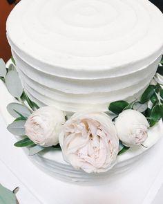 """""""Оформление торта живыми цветами #декор #декорнасвадьбу #оформлениесвадьбы #декорспб…"""""""