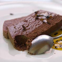 La marquise au chocolat est un grand classique que j'ai redécouvert depuis peu, et que je fais régulièrement pour mes clients qui fondent pour ce gâteau mo
