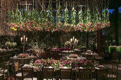 Esta decoração de casamento, assinada pela Disegno Ambientes,tevefoco no aéreo. Treliças de gloriosas intercaladas com cortinas de luzinhas(feitas por R