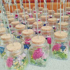 瓶の中のお花が可愛い♡1個150円以下で手作り出来る「ボトル席札スタンド」の作り方♩   marry[マリー]