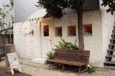 フランスを中心にしたヨーロッパの蚤の市で買い付けてきたアンティーク雑貨を扱ったお店。外観の白いレンガもおしゃれです。