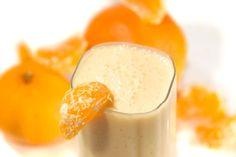 Sonho laranjaClareia a pele e ajuda a diminuir o colesterol1 xícara de leite1 xícara de água gelada1 lata de suco de laranja concentrado12 cubos de gelo1/4 de colher de chá de essência de baunilha