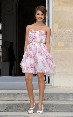 Ainda falando de vestidos estampadinhos, olha que linda a Jessica Alba com este vestido Christian Dior em Paris.