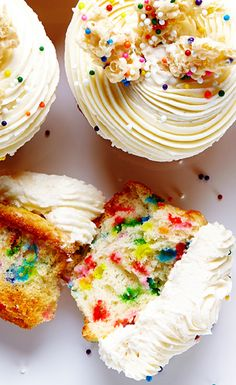 Flavourful Vanilla Funfetti Cupcakes topped with creamy and smooth vanilla frosting and white chocolate Rice Krispie crunch. Sprinkle Cupcakes, Baking Cupcakes, Yummy Cupcakes, Cupcake Cookies, Sprinkles Cupcake Recipes, Funfetti Cupcake Recipe, Köstliche Desserts, Delicious Desserts, Dessert Recipes