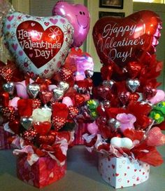 Canastas de amor y amistad utilizando cajas con forma de corazón, y globos de corazón en colores rojo, rosado y plateado, precioso. #DecoracionAmorYAmistad