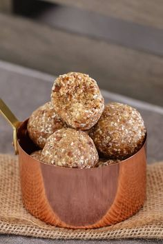 Deliciously Healthy Salted Caramel Balls made from medjool dates, rolled oats, desiccated coconut and a pinch of salt! Low Calorie Peanut Butter, Healthy Peanut Butter, Peanut Butter Truffles, Peanut Butter Roll, Sweet Recipes, Snack Recipes, Vegan Recipes, Kind Snacks, Gluten Free Granola